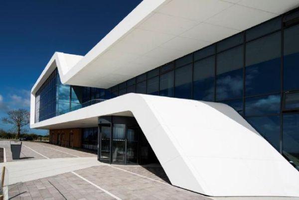 I pannelli di Corian® Exteriors, una soluzione basata su Corian® Solid Surface per la facciata di Menai Science Park a Gaerwen