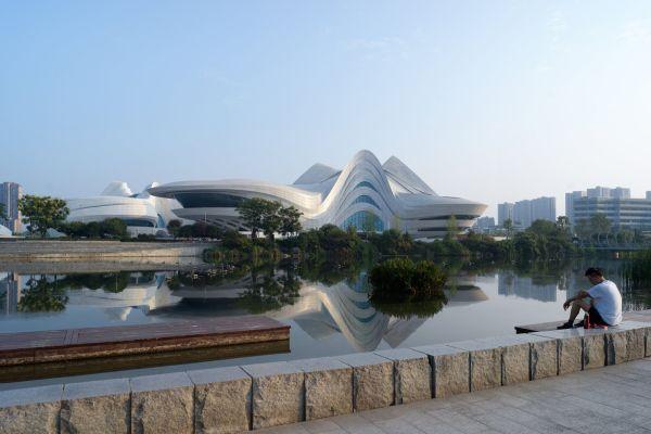 Arte contemporanea e teatro affacciate sul lago
