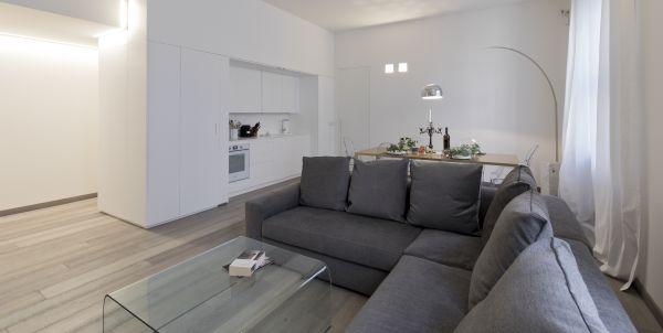 Milano Abita, un ex ufficio in via Dogana diventa un'abitazione temporary. Particolare soggiorno con parquet