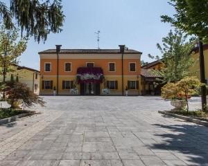 Per Villa Tagliata, Roma di M.V.B., nel colore Serizzo con finitura martellinata