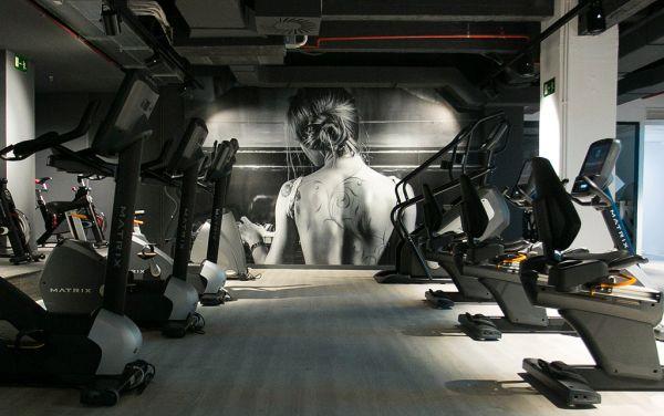 Quadri e decorazioni suggestive personalizzano il teatro liberti di Madrid trasformato in palestra