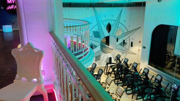 Una grande rosa dei venti personalizza la palestra nata da un teatro di Madrid