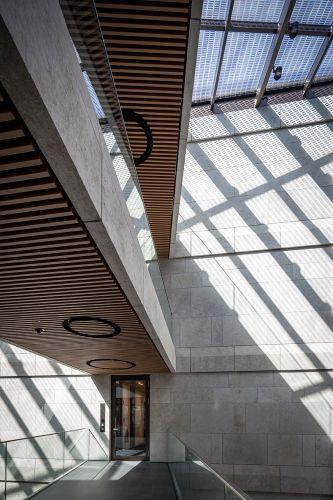 Progettazione dell'edificio per uffici Nove di Monaco di Baviera by Antonio Citterio e Patricia Viel. Gli interni