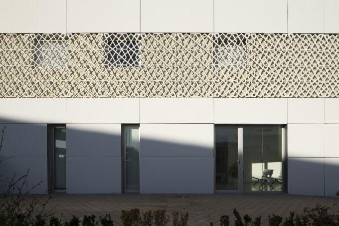 Un particolare della facciata dell'ospedale oncologico di Orano in Algeria