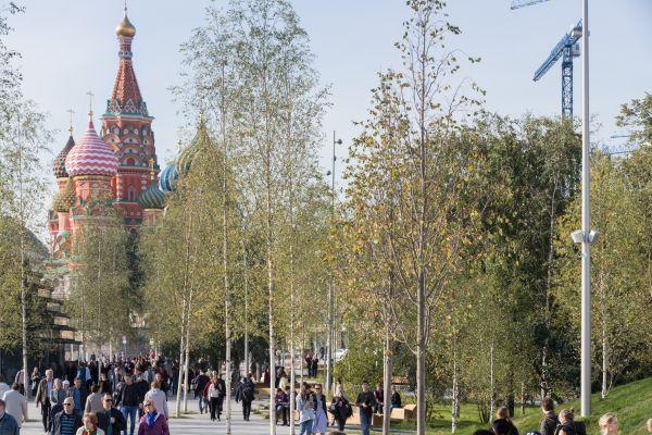 Percorrendo i viali del parco si possono ammirare le bellezze architettoniche di Mosca