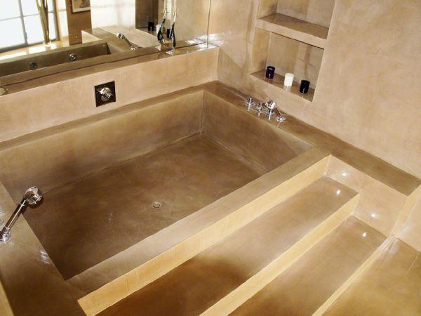 Anche i bagni possono essere resi unici e dal design accattivante grazie alla resina colorata