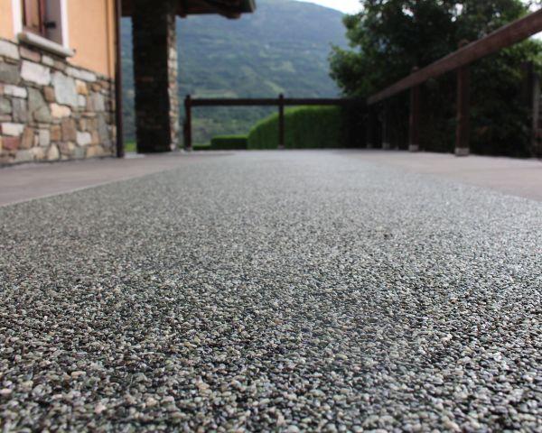 Pavimenti continui in resina e pietre naturali per esterni di Bernardelli