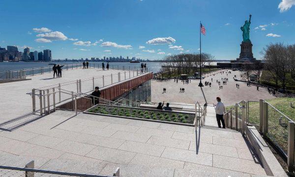 Il percorso pedonale che collega il nuovo museo alla Statua della Libertà