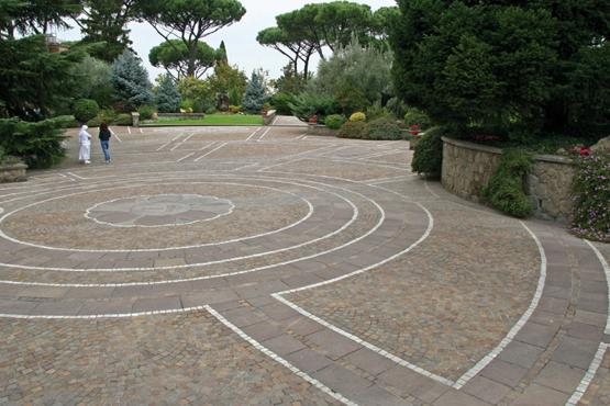 Nell'immagine è possibile vedere un esempio di pavimentazione per esterni in pietra