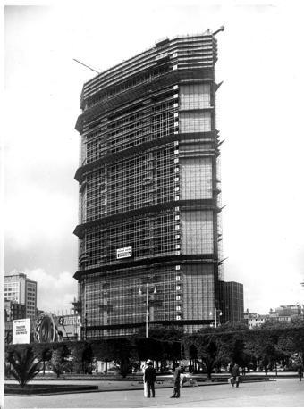 Il Pirellone durante la sua costruzione