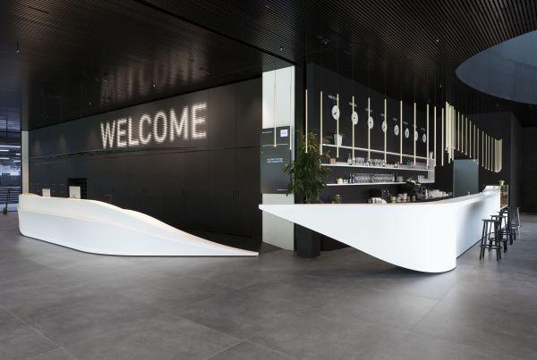PLANIT per l'headquarter Durst di Bressanone ha fornito due elementi di design come il bancone della reception e il bar interno, entrambi realizzati in Corian