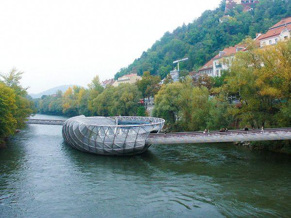 Ola Island Bridge, ponte galleggiante a Graz che al centro diventa una piccola isola