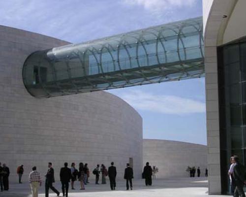 Il ponte di vetro che collega i due edifici del nuovo complesso Champalimaud Foundation