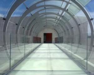 Elegante ponte in vetro