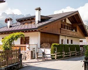 Leggerezza e resistenza: le tegole Prefa per una villetta in Val di Zoldo