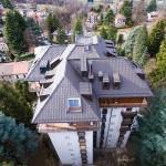 Le tegole Prefa come elemento chiave di un condominio in Valsassina