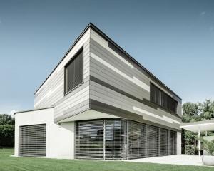 Linee e cromie eleganti grazie alle doghe PREFA per la villa monofamiliare a Leonding