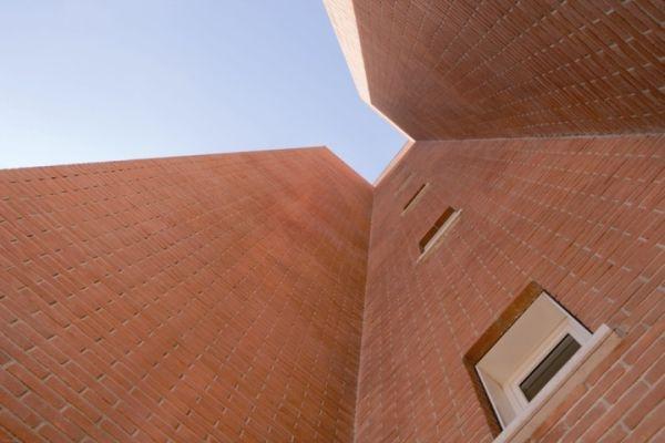 Particolare dell'edifico con mattoni faccia a vista