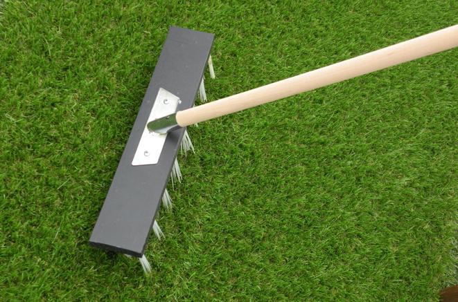 Non occorreranno particolari interventi di manutenzione, ma vi basterà spazzolare l'erba sintetica per eliminare polvere e sporco.