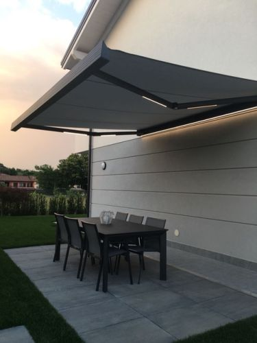 Nuova tenda da sole a bracci R95 Stone di BT Group con luci led integrate