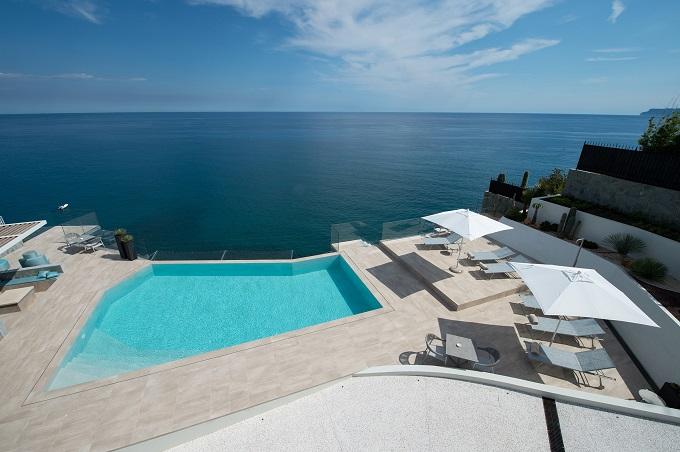Piscina vista mare al Capo Torre Resort