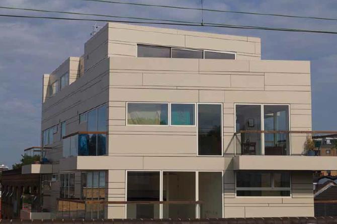 Lo studio di architettura USE ha trasformato l'aspetto della via Mentmore Terrace nel quartiere Hackney a Londra, attraverso un nuovo edificio residenziale caratterizzato da una facciata innovativa nella tecno-superficie DuPont™ Corian®, con pannelli disposti in un rapporto 4.5.1;