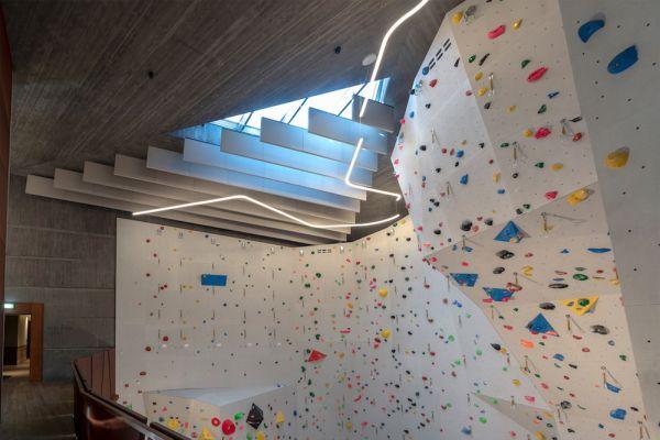 Le soluzioni Rockfon creano l'isolamento acustico anche nell'area dell'arrampicata del Camp Zero Luxury Resort