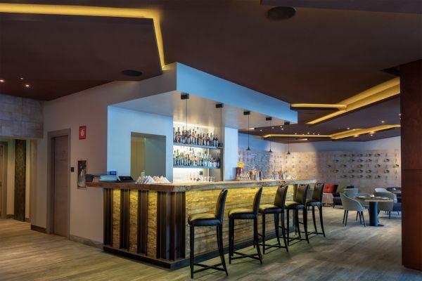 Soluzione Rockfon Mono Acoustic dalle alte caratteristiche fonoassorbenti per il bar del Camp Zero Luxury Resort