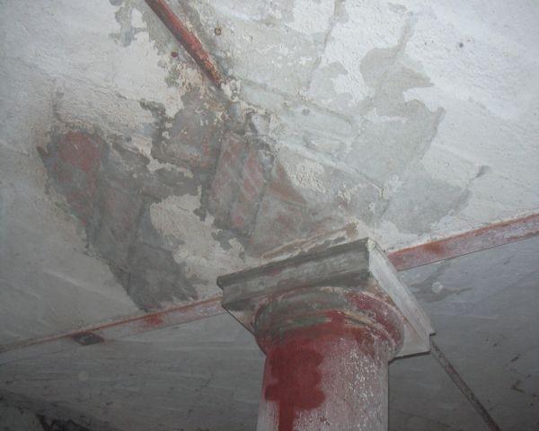 Rimozione di vecchi strati di vernice applicata su travi e mattoni a vista