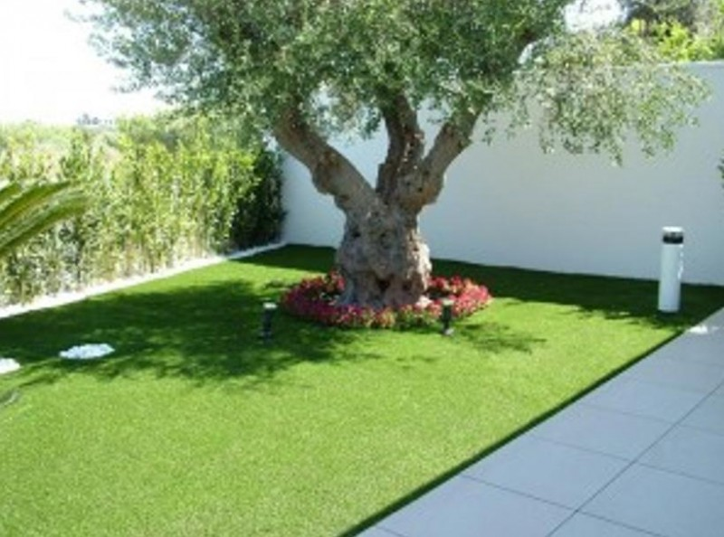 L'erba sintetica vi consentirà di risparmiare tempo e risorse economiche: non richiede, infatti, la manutenzione e l'attenzione di un prato naturale.