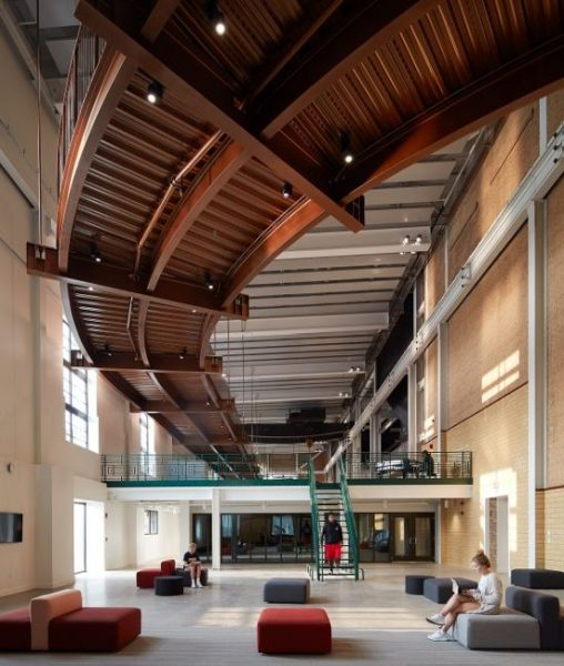 Gli spazi interni dello Student Union, edificio del Beloit College in Wisconsin