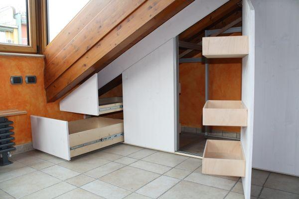 Sfruttate ogni angolo della mansarda: degli esperti artigiani sapranno ricavare cassetti a scomparsa adatti per le vostre esigenze.