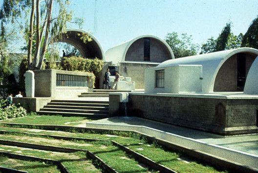 Sangath è la sede dello studio di Balkrishna Doshi, un edificio simbolo del suo stile