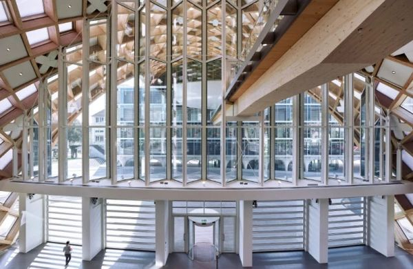 Nuovo quartier generale Swatch in svizzera: la hall di ingresso è vetrata