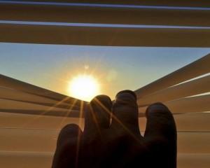 Riparare la propria casa dal sole: come scegliere le tende da interno e da esterno