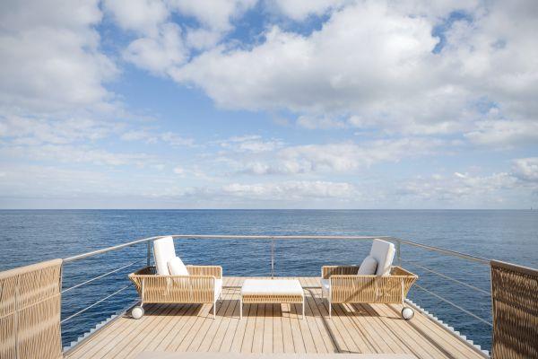 L'ampia terrazza al secondo piano della la camera d'albergo galleggiante Punta de Mar Marin