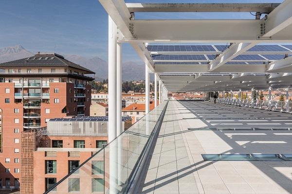 Terrazzo ricavato grazie all'installazione della pergola fotovoltaica
