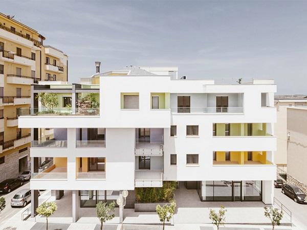 Edificio residenziale con 2 locali commerciali al piano terra