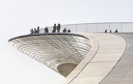 Il tetto del MAAT culmina in una terrazza panoramica con affaccio su Lisbona.