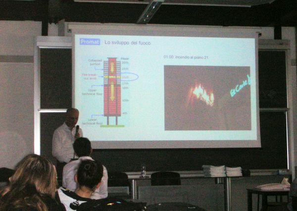 Il Dottor Traverso mostra agli studenti alcuni esempi di comportamento delle strutture al fuoco.