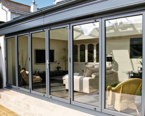 Chiudere un terrazzo o un balcone privato: la scelta tra pergotenda ...