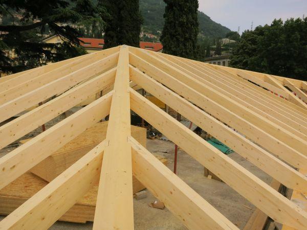Villa Castelli: copertura sostituita con legno lamellare