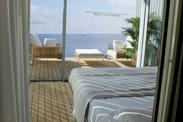 La camera da letto e la terrazza dell'albergo galleggiante Punta de Mar