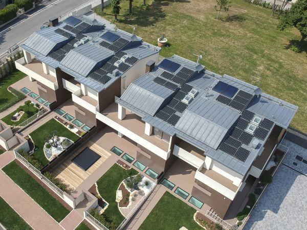 La copertura della nuova residenza di Savignano sul Rubicone in laminato di zinco titanio VMZINC in doppia aggraffatura